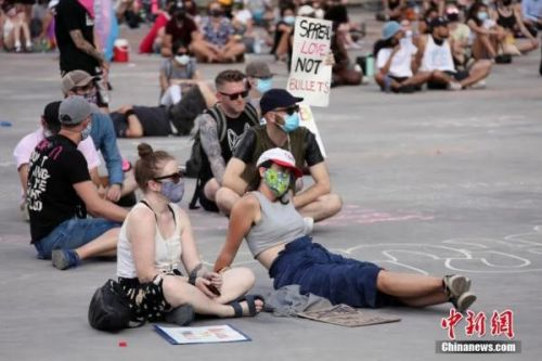 当地时间6月28日,示威者在加拿大多伦多市政厅广场再度举行集会,反对种族主义和歧视。中新社记者 余瑞冬 摄