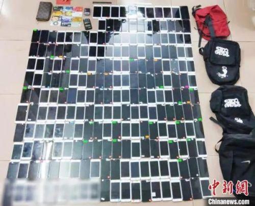 资料图:警方缴获200多台作案手机。(广州警方供图)